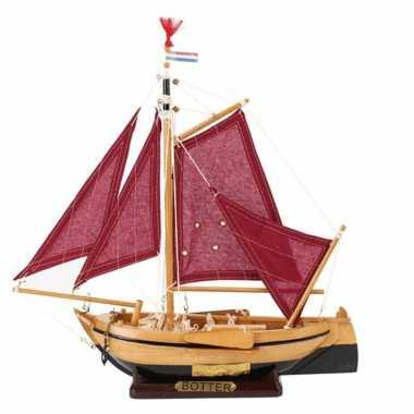 Feestwinkel   decoratie vissersboot botter met rode zeilen 34 cm morg