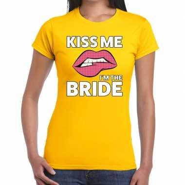 Feestwinkel | kiss me i am the bride geel fun-t shirt voor dames morg