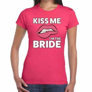 Feestwinkel | kiss me i am the bride roze fun-t shirt voor dames morg