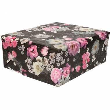 Feestwinkel | rollen zwart cadeaupapier met roze / witte bloemen prin
