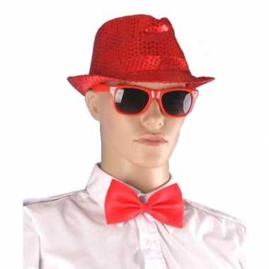 Rood hoedje bril en vlinderstrikje
