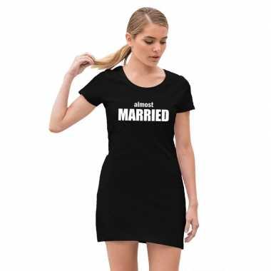 Feestwinkel | vrijgezellenfeest jurkje almost married zwart morgen am