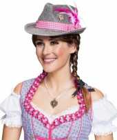Grijze hoed met roze band en veren