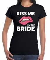 Kiss me i am the bride zwart fun t-shirt voor dames